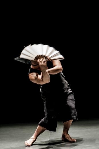 Uma homenagem dançada para Denilto Gomes, um artista da dança, um poeta do movimento e da escrita, um livre no palco, um místico, criador e pensador. Do balé ao butoh, do candomblé ao budismo, do Brasil profundo ao Japão. Esta dança foi inspirada em um pequeno fragmento em vídeo, postado no YouTube por Patrícia Noronha – dançarina, parceira de palco de Denilto na obra Canção da Terra, dirigida por Takao Kusuno – chamado oxossi denilto gomes. criação: Eduardo Fukushima – colaboração artística: Beatriz Sano sexta e sábado, às 19h, e domingo, às 18h – 25min – livre – Sala Adoniran Barbosa grátis – a bilheteria será aberta duas antes do início do espetáculo para a retirada de ingressos, que não estarão disponíveis pela internet – cada pessoa poderá retirar um par